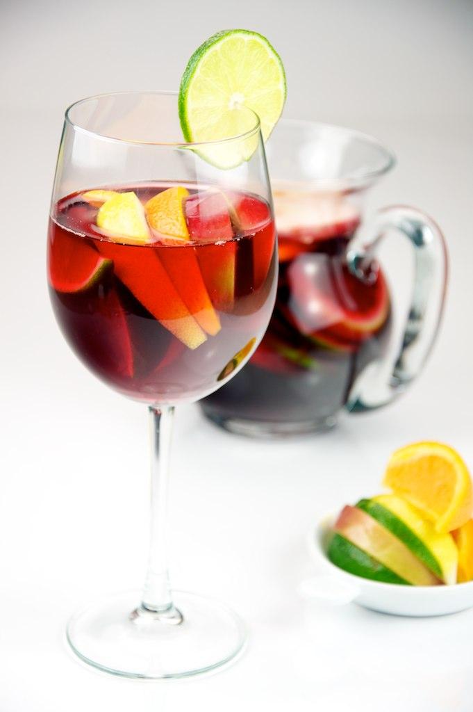Sangria avec des citrons, des pommes et des oranges sanguines servis dans un verre