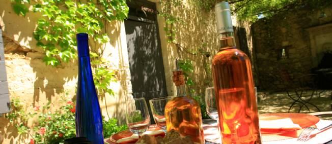 boutilles de rosés dans une cour ensoleillée