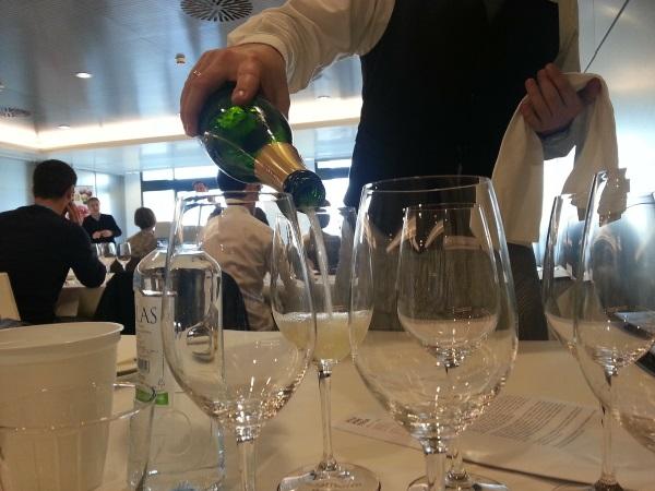 Un serveur sert plusieurs verres d'un vin mousseux