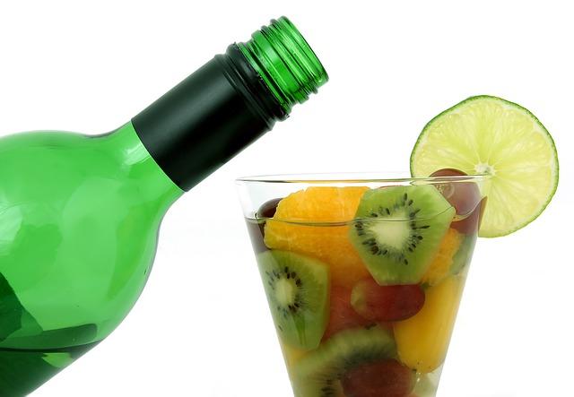 du vin et des fruits dans un verre