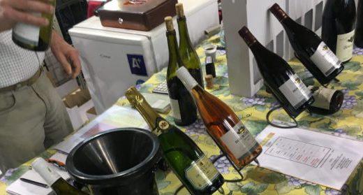 Stand exposant ses vins sur un petit salon