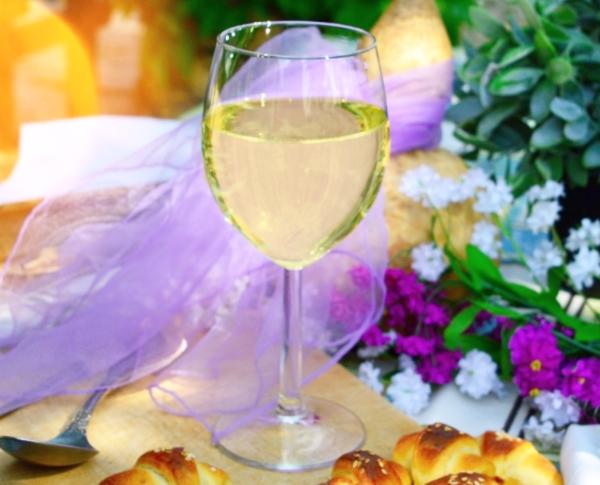 Fête de printemps - verre de vin blanc