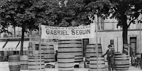 Photo noir et blanc d'une échoppe de tonnelier dans la rue à Cognac