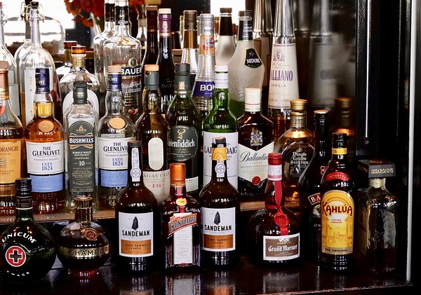 ensemble de bouteilles d'alcool dans un bar