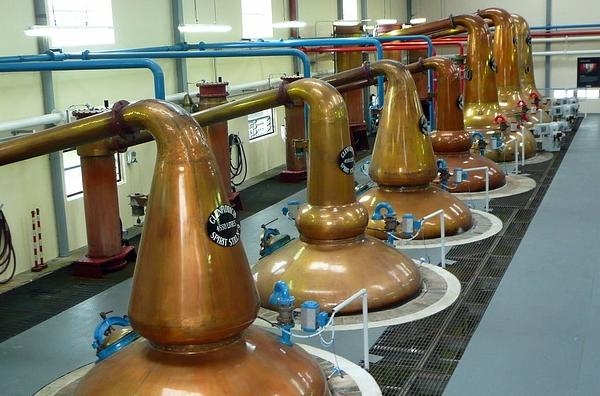 Alambics en série dans une grande distillerie de whisky