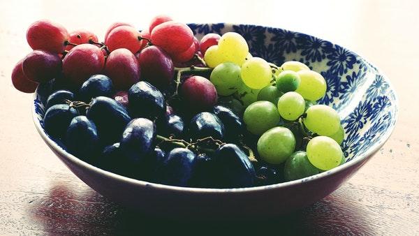 Raisins rouges et blancs dans un plat