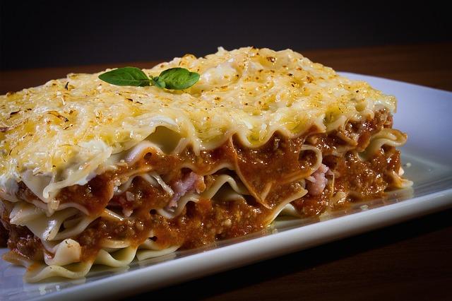 un plat de lasagnes italiennes faites maison.
