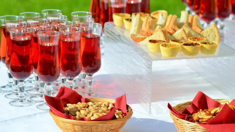 Kir royal est un cocktail de vin avec une creme de fruit