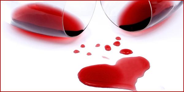 verre de vin rouge avec du vin formant un coeur pour les amoureux et la saint valentin